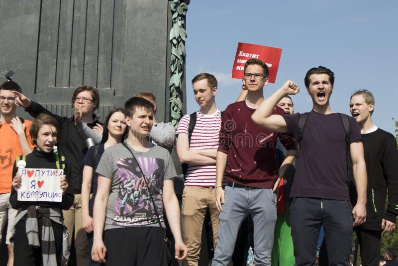Oppositionsupportrar på den Pushkin fyrkanten under en oppositionprotest samlar framåt av invigning c för ` s för presidenten Vla royaltyfri bild