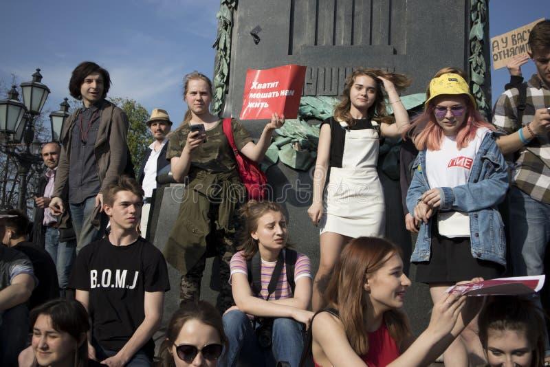 Oppositionsupportrar på den Pushkin fyrkanten under en oppositionprotest samlar framåt av invigning c för ` s för presidenten Vla royaltyfria bilder