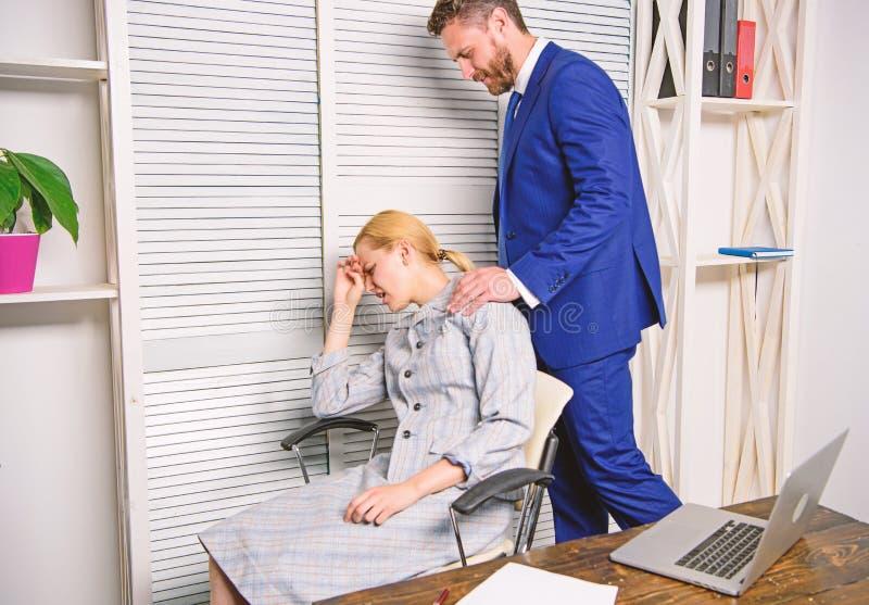 Opprimendo sul lavoro Femmina con il fronte indignante Molestia sessuale sul lavoro immagini stock libere da diritti