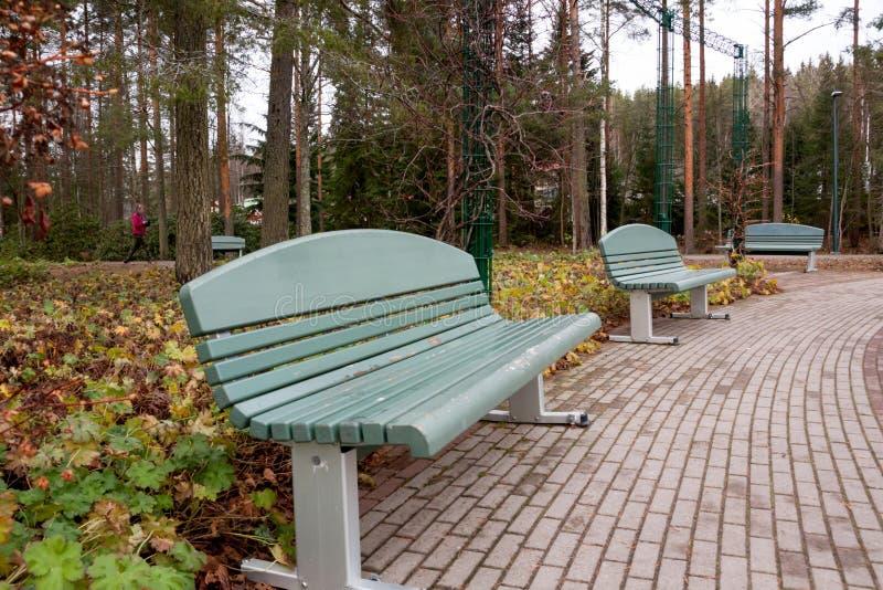 Opróżnia ławkę w jesiennym parku w Finlandia fotografia royalty free