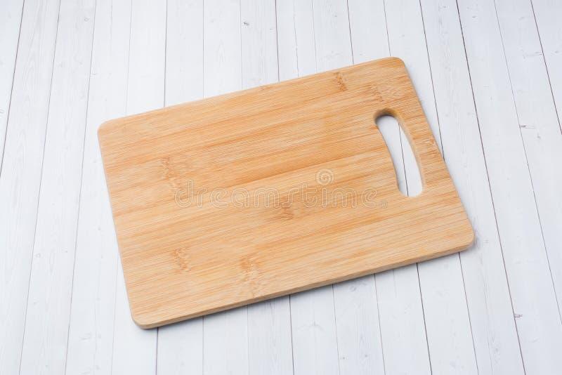 Opróżnia drewnianą tnącą deskę na białej tło kopii przestrzeni fotografia royalty free