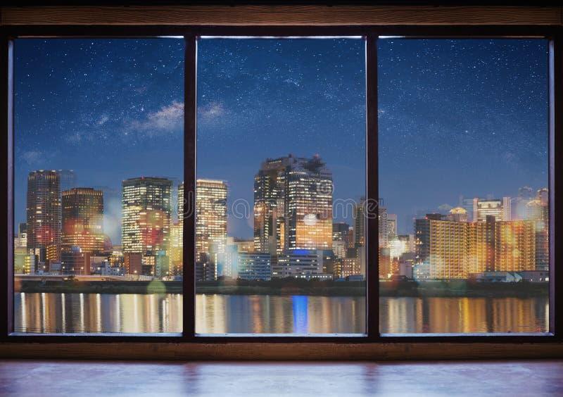 Opróżnia nowożytną wnętrze przestrzeń z miasto widokiem przy nocą i gwiaździstym niebem zdjęcia royalty free