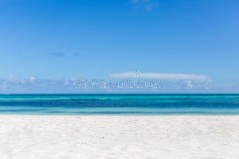 Opróżnia plażową scenerię, biały piasek, błękitny morze pod niebieskim niebem idylliczny plażowy krajobrazu tropikalny tło zdjęcie royalty free
