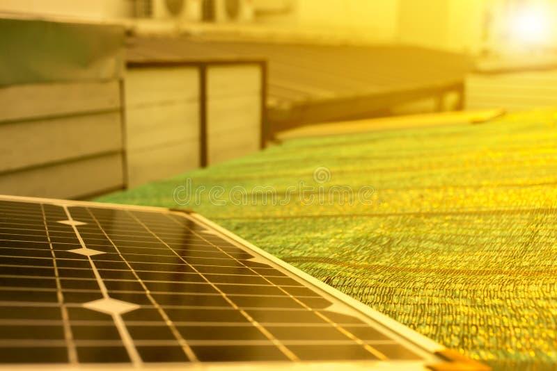 Oprócz energii z słonecznym bublem na dachu zdjęcie stock