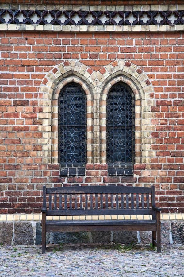 Opróżnia ławkę przy kościół zdjęcia royalty free