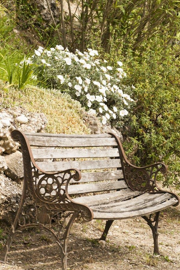 Download Opróżnia ławkę w wsi zdjęcie stock. Obraz złożonej z krajobraz - 53793178