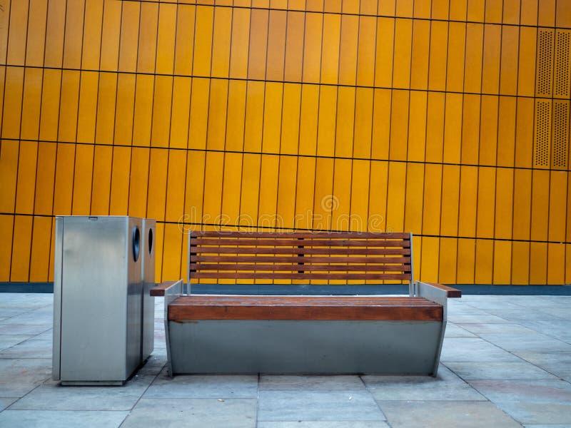 Opróżnia ławkę z koszami przeciw ścianie zdjęcia royalty free