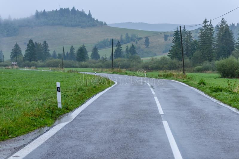 opróżnia asfaltową drogę w wsi w jesieni obrazy stock