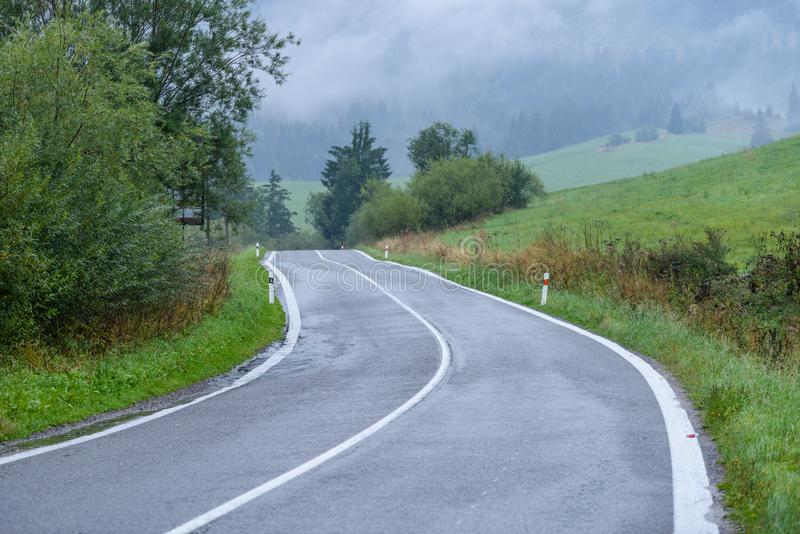 opróżnia asfaltową drogę w wsi w jesieni fotografia royalty free