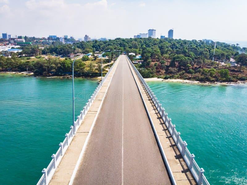 Opróżnia asfaltową drogę z niebieskim niebem na słonecznym dniu Most przeciw naturze z lasem w miasto parku Odg?rny widok, widok  zdjęcie stock