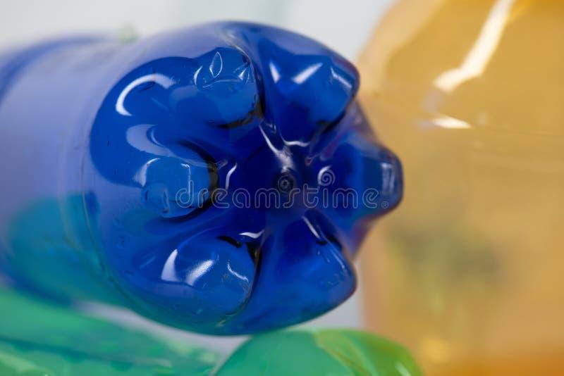 Opróżnia błękitną plastikową butelkę przedstawia środowiskową katastrofę obraz royalty free