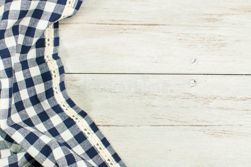 Opróżnia Błękitnego tablecloth i starego drewnianego stołowego białego drewno stół zdjęcie stock