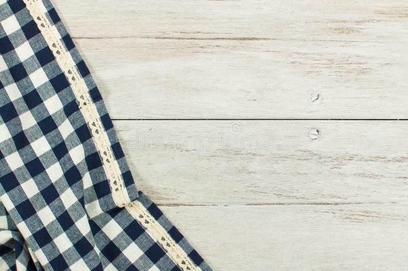 Opróżnia Błękitnego tablecloth i starego drewnianego stołowego białego drewno stół obrazy stock