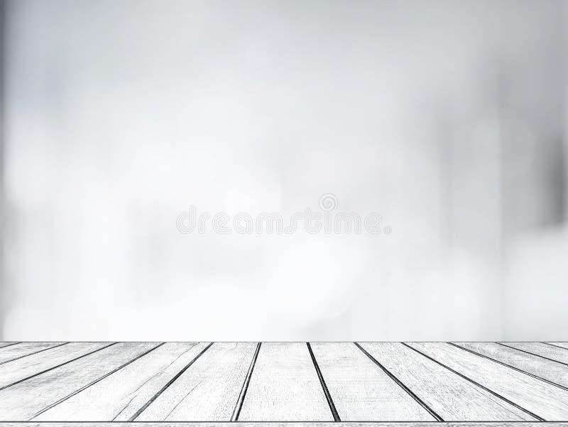Opróżnia białego drewnianego stół z zamazanym sklepu bokeh światła tłem dla produktu pokazu fotografia stock
