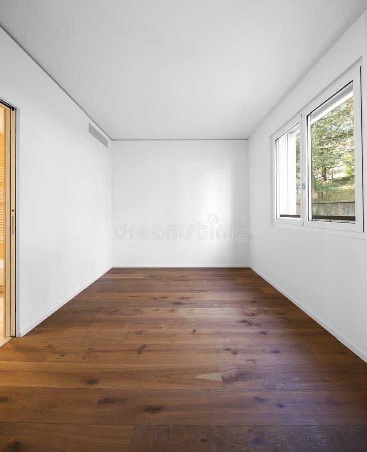 Opróżnia białego pokój z ciemny parkietowym, ilość zdjęcie stock
