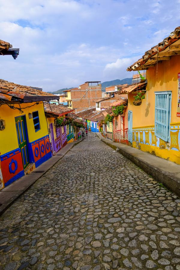 Opróżnia colourful ulicy Guatapé, Antioquia, Kolumbia zdjęcia stock