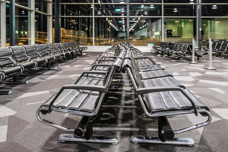 Opróżnia czarnych siedzenia przy lotniskową bramą śmiertelnie obraz royalty free