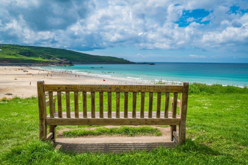 Opróżnia drewnianą ławkę wewnątrz nad Porthemor plaża obraz royalty free