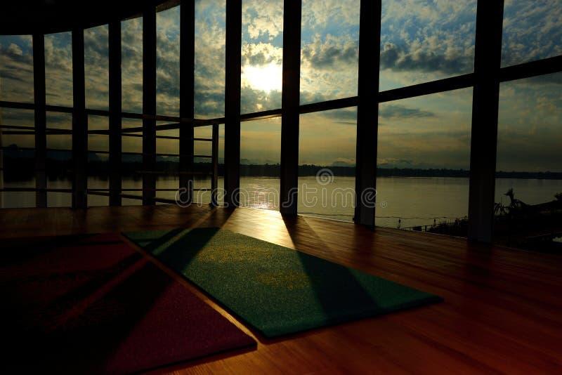 Opróżnia drewnianą podłogową przestrzeń w sprawności fizycznej centrum, Wielka okno ściana sk obrazy stock