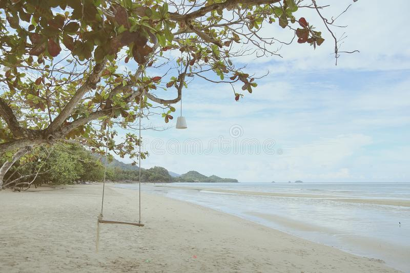 Opróżnia drewnianego huśtawkowego obwieszenie na gałąź w słonecznym dniu blisko plaży koh Chang, zatoka Tajlandia, rocznika filtr zdjęcia royalty free