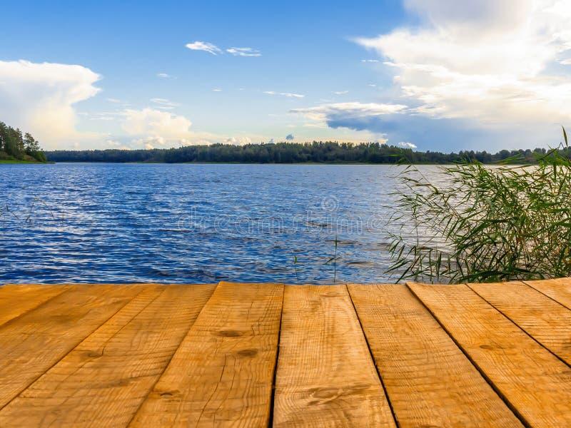 Opróżnia drewnianego molo dla pływać, łodzi lub łowić na jeziorze, fotografia royalty free