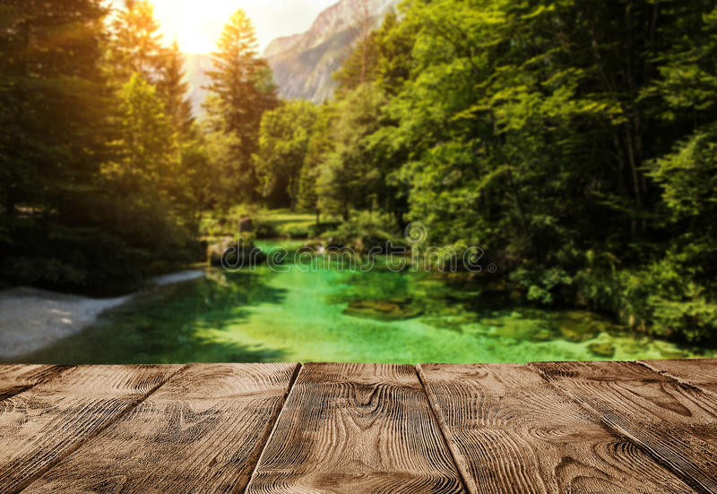 Opróżnia drewnianego molo lub stół nad halną rzeką zdjęcia royalty free