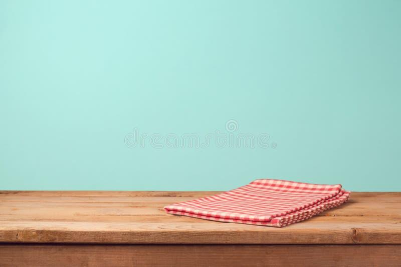Opróżnia drewnianego pokładu stół i czerwień sprawdzać tablecloth obrazy stock