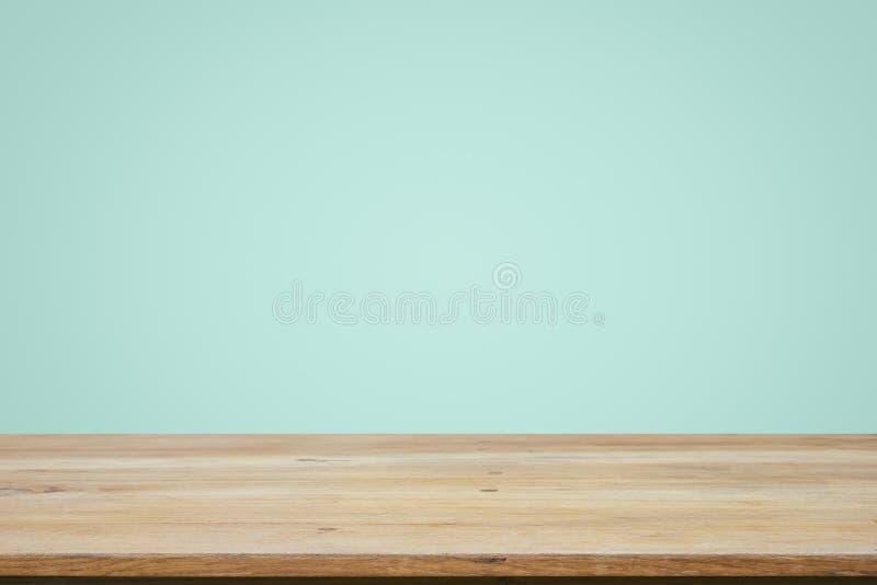 Opróżnia drewnianego pokładu stół nad nowym tapetowym tłem obrazy stock
