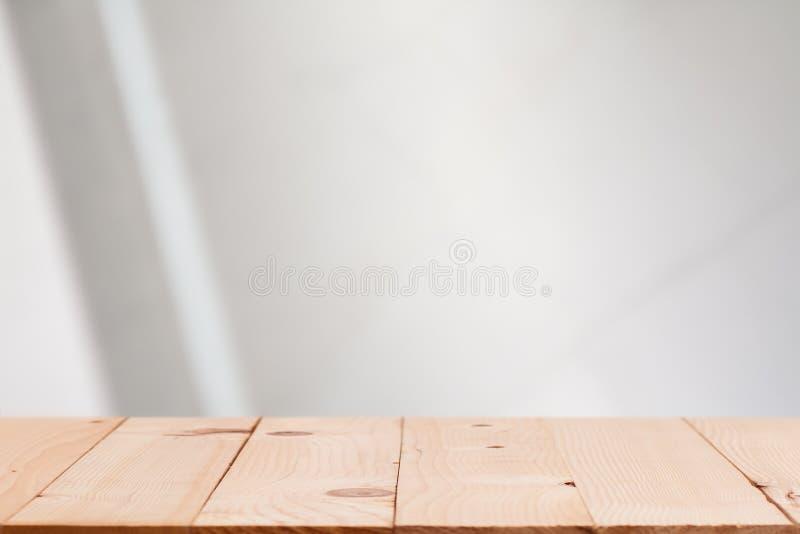 Opróżnia drewnianego pokładu stół nad plamy bokeh świątecznym tłem obraz stock