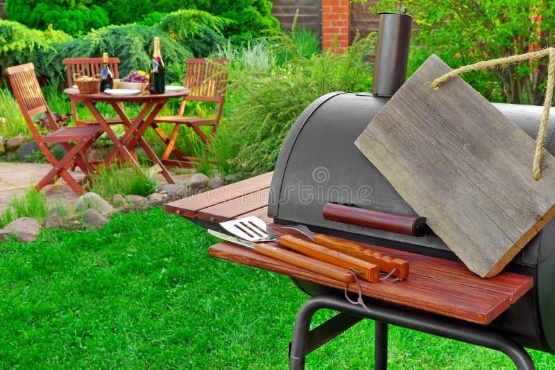 Opróżnia Drewnianego Signboard obwieszenie Na grilla grilla urządzeniu, norma obraz royalty free