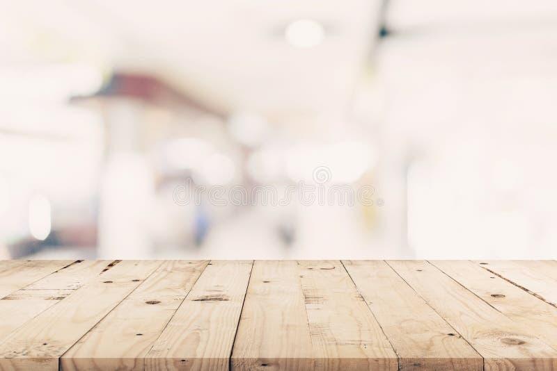 Opróżnia drewnianego stół i Zamazanego tło - sklep robić zakupy ma obrazy royalty free