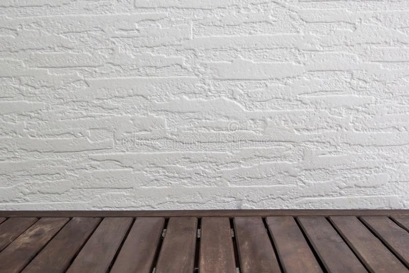Opróżnia drewnianego stół nad białym ściana z cegieł, rocznik, tło, szablon, pokaz fotografia stock
