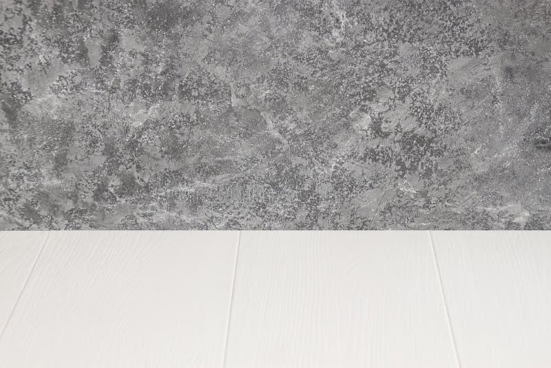 Opróżnia drewnianego stół nad grunge cementu ścianą, rocznik, tło, szablon, pokaz obrazy stock