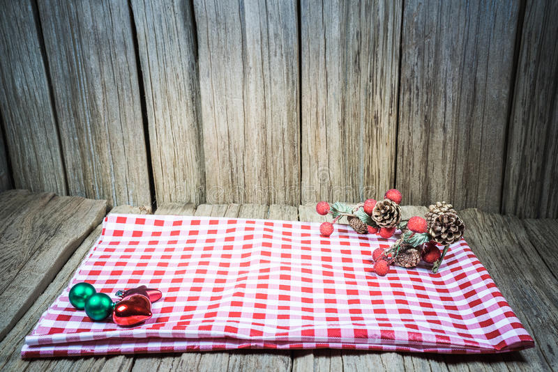 Opróżnia drewnianego stołowego wierzchołek z czerwonym szachowym napery Przygotowywającym dla produktu pokazu montażu zdjęcie royalty free