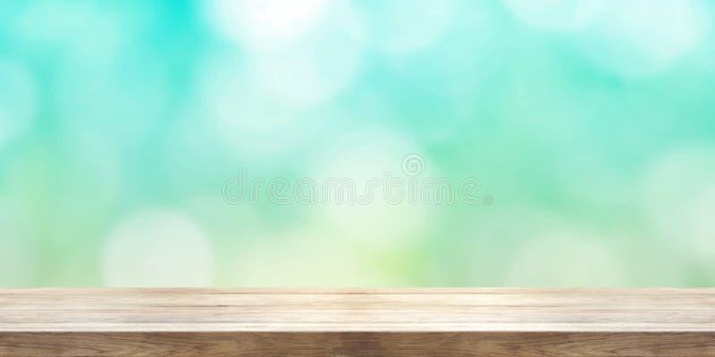 Opróżnia drewnianego stołowego wierzchołka przód zamazany lato abstrakta backgrou fotografia royalty free