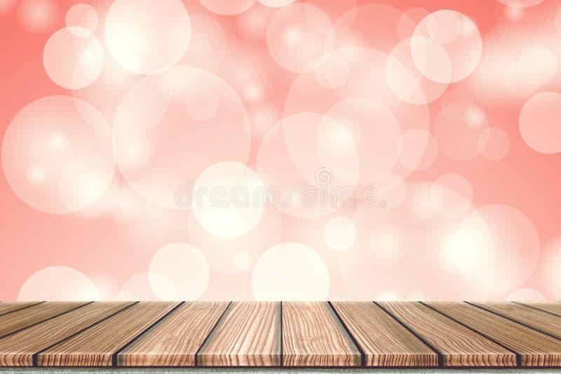 Opróżnia Drewnianej deski wierzchołka stół przed zamazanym tłem Perspektywiczny drewno w zamazanego bokeh czerwonym tle dla fotog obrazy stock