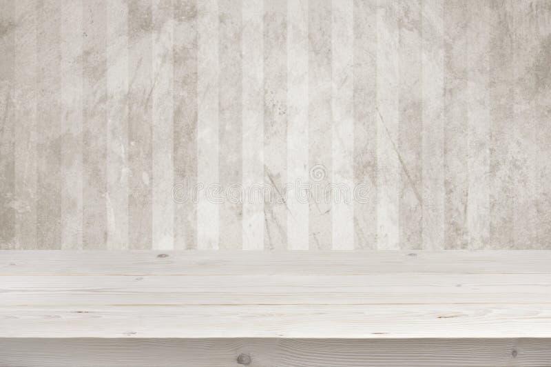 Opróżnia drewnianych desek stołowego wierzchołek nad grunge ściany tłem zdjęcia royalty free