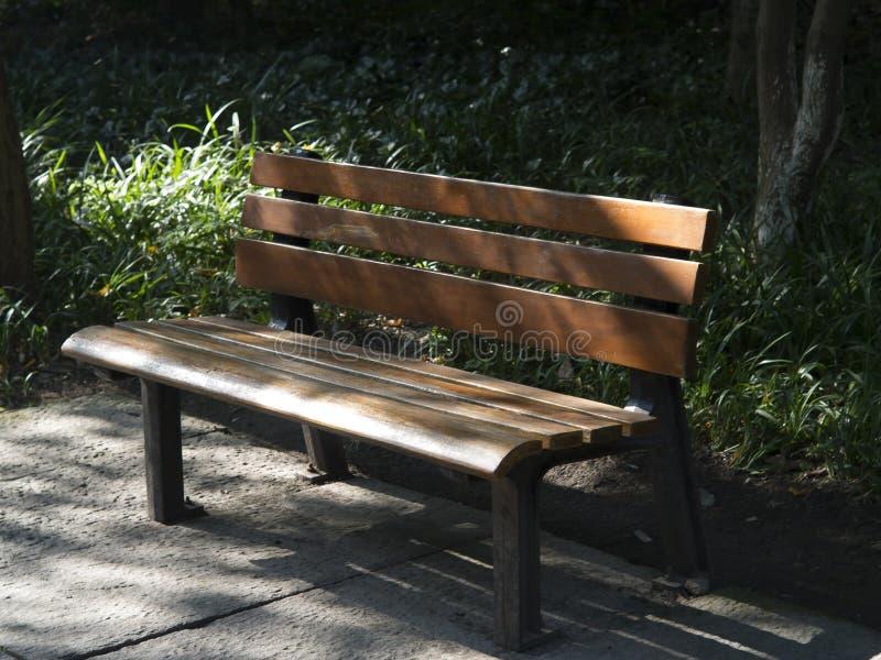 Opróżnia krzesła dla dwa w parku zdjęcia stock