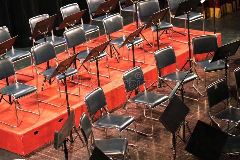 Opróżnia krzesła na scenie w koncertowym teatrze zdjęcie stock
