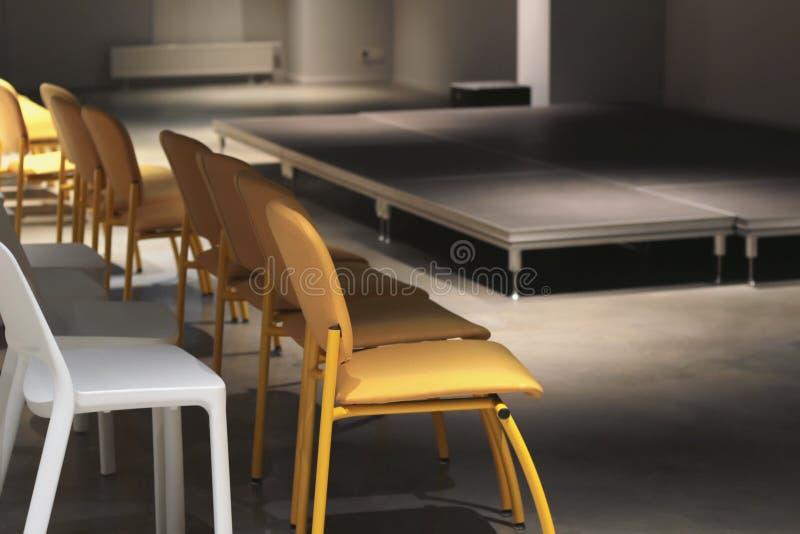 Opróżnia krzesła układających przed występem, konferencją i sceną, defoe obrazy stock