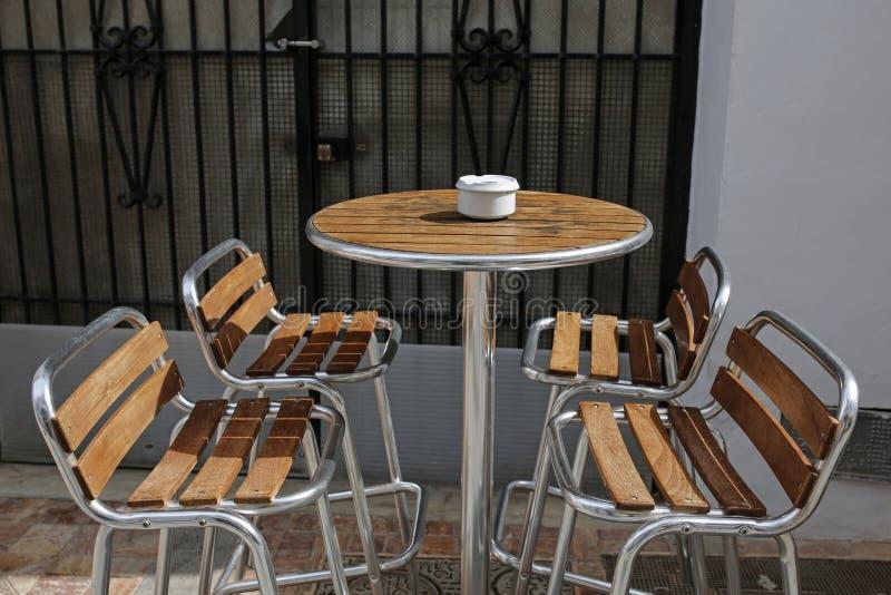 Opróżnia krzesła w ulicznej kawiarni fotografia stock