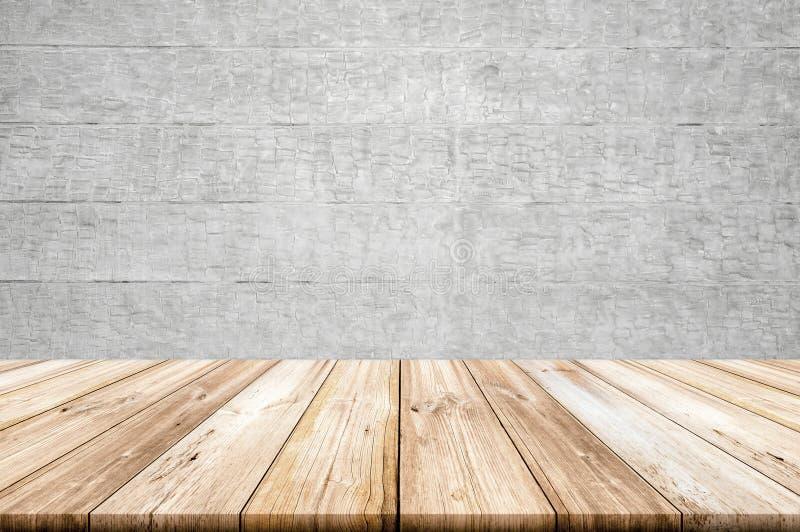 Opróżnia lekkiego drewnianego stołowego wierzchołek z betonowej ściany tłem zdjęcie royalty free
