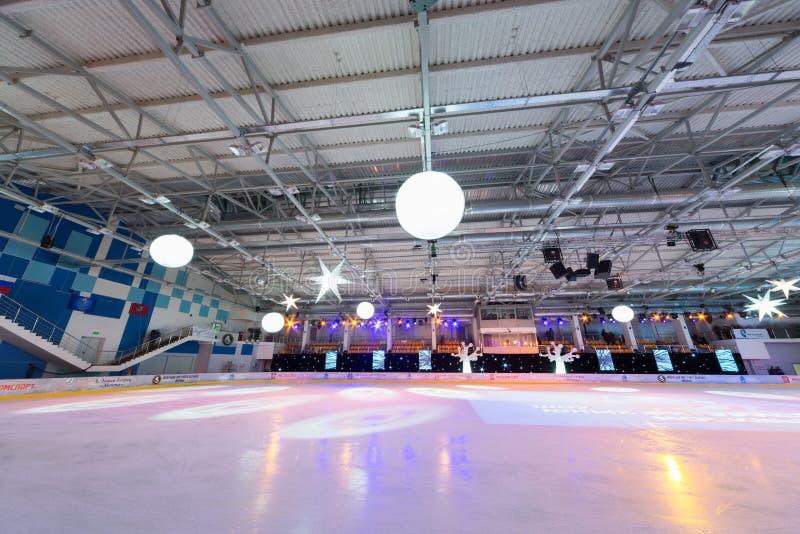 Opróżnia lodowego stadium z światłami reflektorów fotografia royalty free