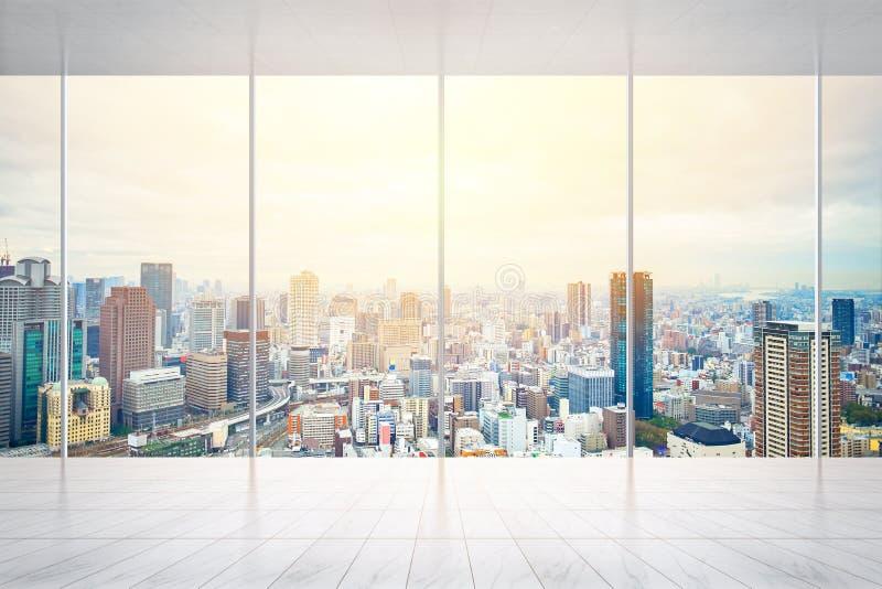 Opróżnia marmurowej podłoga i okno z panoramiczną miasto linią horyzontu Tokio, Japonia dla egzaminu próbnego up obraz royalty free