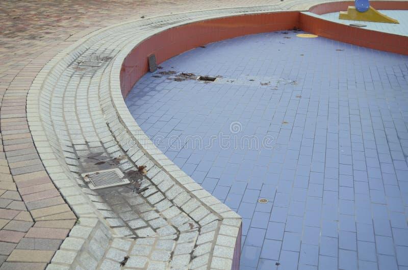 Opróżnia Mokrego Pływackiego basenu z liśćmi zdjęcie stock
