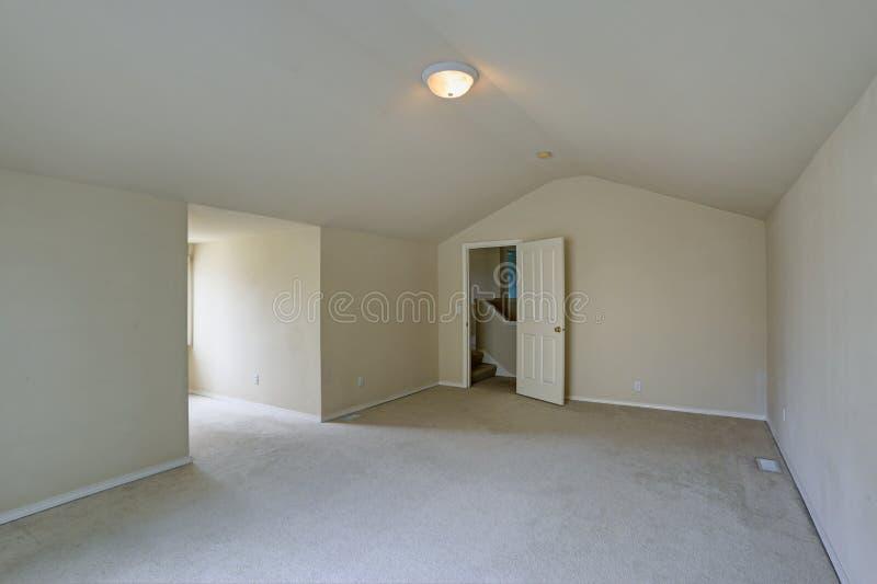 Opróżnia na piętrze pokój z przesklepionym sufitem zdjęcia royalty free