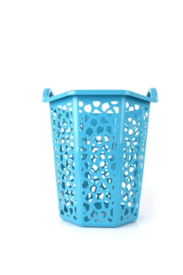 Opróżnia nowego plastikowego błękitnego kosz odizolowywającego na białym tle obrazy stock