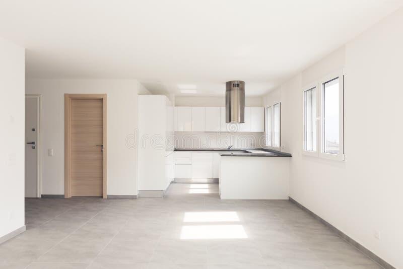 Opróżnia nowożytnego mieszkanie, puste przestrzenie i biel ściany, zdjęcie stock