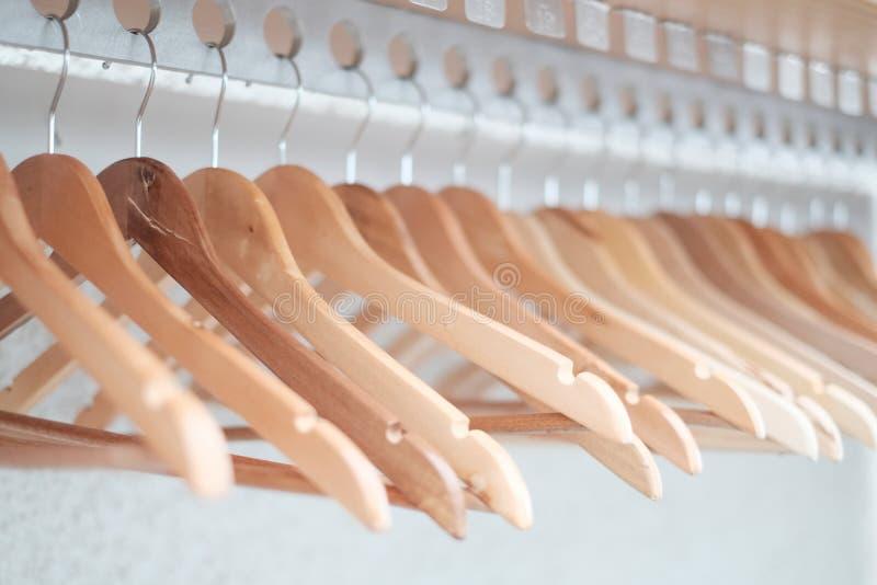 Opróżnia odzieżowych wieszaki wykładających up w pokoju obraz royalty free