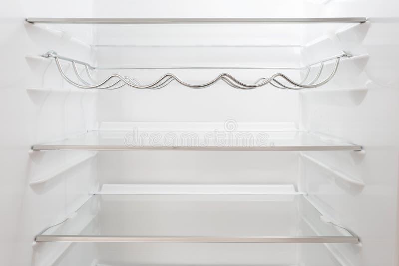 Opróżnia półki w fridge zdjęcia stock